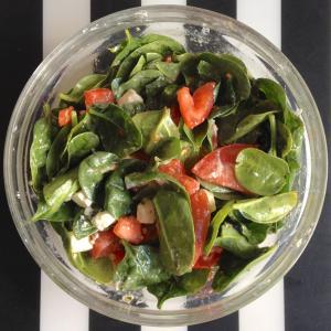 Салат из помидоров с шпинатом