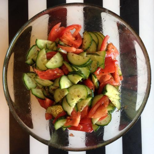 Салат из помидоров и огурцов с растительным маслом