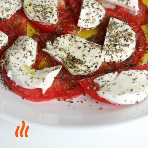 Салат из помидоров и моцареллы с оливковым маслом