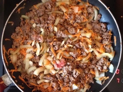 Фарш с луком и морковью на сковороде