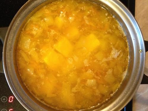 Лук с морковью и сыром варятся в кастрюле