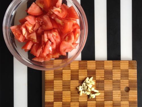 Нарезанные помидоры и чеснок