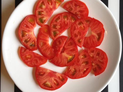 Порезанный помидор на тарелке