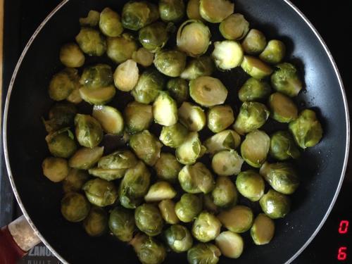 Брюссельская капуста обжаривается на сковороде