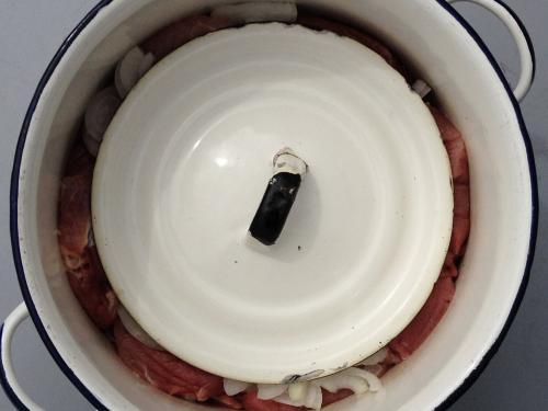 Свинина с луком и базиликом в кастрюле